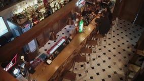 Rosja Rosa Khutor, Luty -, 2018: barman gadka z gościami przez baru kontuaru zbiory