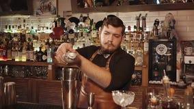 Rosja Rosa Khutor, Luty -, 2018: Barman gniesie cytrusa sok w potrząsacza zdjęcie wideo