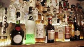 Rosja Rosa Khutor, Luty -, 2018: strzelający rozmaitość alkohol który jest w barze zbiory
