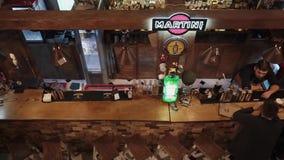 Rosja Rosa Khutor, Luty -, 2018: widok bar z gościami i alkoholem zbiory wideo