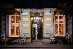 Rosja, Rostov na Don, Czerwiec 28, 2018: Wieczór iluminaci światła restauracja Życzliwa wygodna kawiarnia Wieczór atmosfera Zdjęcia Royalty Free