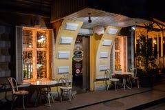 Rosja, Rostov na Don, Czerwiec 28, 2018: Wieczór iluminaci światła restauracja Życzliwa wygodna kawiarnia Wieczór atmosfera Zdjęcia Stock