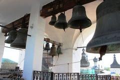Rosja, Rostov Veliky: Miedziani dzwony przeciw tłu kopuły fotografia royalty free