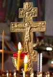 Rosja, Ryazan 1 2019 Feb - Å›wieczki na tle pozÅ'ocisty krzyż w Ortodoksalnego koÅ›ciół naturalnym Å›wietle zdjęcia stock