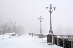 Rosja, Samara, 06 2016 Luty - bulwar na Volga rzece w zimy mgle Zdjęcie Royalty Free