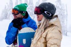 Rosja, Sheregesh 2018 11 18 para snowboarders w jaskrawym sp zdjęcie royalty free