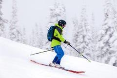 Rosja, Sheregesh 2018 11 18 profesjonalistów narciarka w jaskrawych sportach obrazy stock