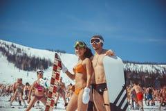 Rosja, Sheregesh, - 16 04 2016: w swimsuit na skłonach obraz royalty free