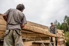 Rosja, Siberiya - 1 09 2013: Pracownicy budują dom Zdjęcia Royalty Free