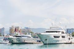 ROSJA SOCHI, MAJ, - 28, 2018: Środkowy port morski Piękni duzi jachty na czarnym morzu obraz royalty free