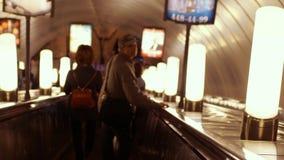 Rosja, St Petersburg, 21 2017 Czerwiec Iść w dół metro eskalator z dojeżdżającymi które kroczą na platformie 3840x2160 zbiory wideo