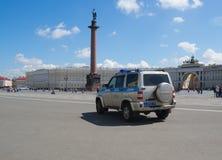 Rosja, St Petersburg Lipiec 2016 samochód policyjny na pałac kwadracie Obrazy Royalty Free
