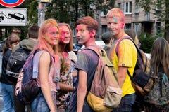 Rosja, St Petersburg, Wrzesień, szkolni ucznie po Holi festiwalu w parkowej babci obrazy stock