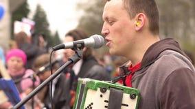 Rosja, Syberia, Novokuznetsk - mogą 9, 2017: muzycy śpiewają w ulicie zdjęcie wideo