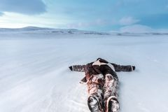 Rosja, Syberia, Yamal Kłamać w śnieżnym mężczyzna w Nenets ciepłym odziewa Przy zimną temperaturą Zdjęcie Stock