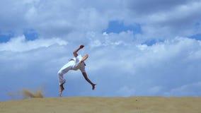 Rosja Togliatty, Lipiec, - 11, 2018: Akrobata wykonuje akrobatyczną sztuczkę Mężczyzna trenuje capoeira zbiory wideo