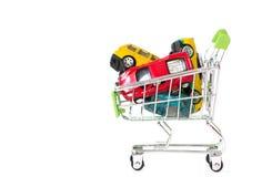 ROSJA, TYUMEN - LISTOPAD 28, 2017: Wózek na zakupy z samochodami na a Zdjęcia Stock