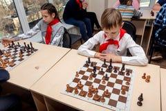 Rosja, Vladivostok, 12/01/2018 Dzieciaki bawić się szachy podczas szachowej rywalizacji w szachowym klubie Edukacji, szachy i umy fotografia royalty free