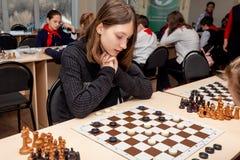 Rosja, Vladivostok, 12/01/2018 Dzieciaki bawić się szachy podczas szachowej rywalizacji w szachowym klubie Edukacji, szachy i umy zdjęcie stock