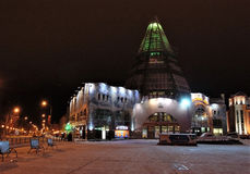 19 11 2013 Rosja, YUGRA, Khanty-Mansiysk budynku handel i centrum biznesu ` Gostiny Dvor ` zimy wieczór, Zdjęcie Royalty Free