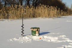 Rosja, zima połów, lodowe połów rywalizacje, bas, połowu pudełko, sprzęt, lód, zima, rzeka, zima krajobraz, połów, lodowy sc Zdjęcia Royalty Free