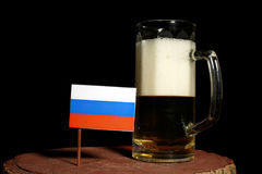 Rosjanin flaga z piwnym kubkiem na czerni Zdjęcia Royalty Free