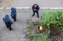 Rosjanin polici stojak blisko starego ośniedziałego pociska artyleryjnego, zakłada w di Zdjęcia Stock