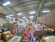 Rosjanin porzucał fabrykę adaptującą dla sklepu spożywczego storehouse Zdjęcie Royalty Free