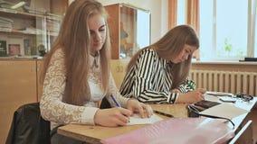 Rosjanin szkoła Ucznie piszą kontrolnym egzaminie w ich notatnikach zbiory