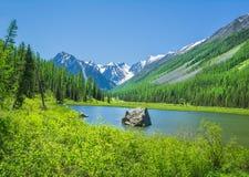 Rosjanina Altai gór jeziora krajobraz Zdjęcie Stock