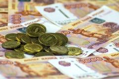 Rosjanina gotówkowy zakończenie Banknoty 5000 rubli Monety Rozpraszać zdjęcie royalty free