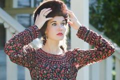Rosjanina piękna stylowa kobieta jest ubranym futerkowego Kozackiego kapelusz Fotografia Stock
