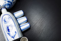 Rosjanina stylowego gzhel stołowa usługa na czarnym tle Obrazy Royalty Free