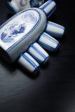 Rosjanina stylowego gzhel stołowa usługa na czarnym tle Zdjęcia Royalty Free