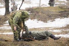 Rosjanina szpieg walczy Niemieckiego żołnierza Zdjęcie Royalty Free
