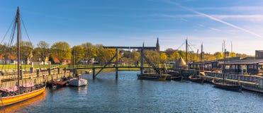 Roskilde, Dinamarca - 1º de maio de 2017: Barcos longos de Viking no harbo fotografia de stock