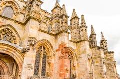 Roslin, Reino Unido - 6 de abril de 2015 - opinião lateral da capela de Rosslyn imagens de stock