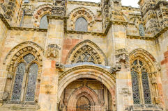 Roslin, Reino Unido - 6 de abril de 2015 - opinião lateral da capela de Rosslyn imagem de stock royalty free