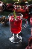 Rosmarin för garnering för jultranbärdrink och granfilialer på svart close upp Xmas-drink royaltyfri bild