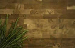 Rosmarini su fondo di legno Fondo scuro fotografia stock libera da diritti