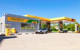 Rosneft加油站在夏天晴天 免版税库存照片