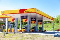 Rosneft bensinstation i solig dag för sommar Royaltyfria Bilder