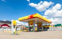Rosneft-Tankstelle am Sommertag Lizenzfreie Stockfotos