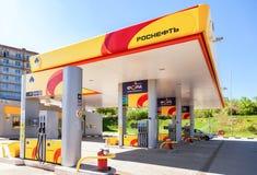 Rosneftbenzinestation in de zomer zonnige dag Stock Foto's