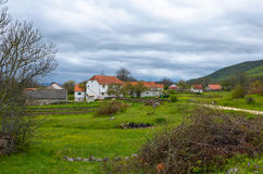 Rosnjace, een klein dorp in zuidwestenbosnië-herzegovina onder berg Zavelim Stock Foto