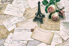 Rosor, antika franska vykort och Eiffeltorn Paris Arkivbilder