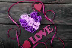 Rosor från naturlig tvål och röda hjärtor Royaltyfri Bild