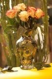 Rosor i en glass vas arkivfoto