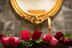 Rosor i handfat , Valentindag Arkivfoto