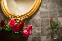 Rosor i handfat , Valentindag Royaltyfria Bilder